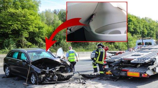 Das Handy des Mercedes-Fahrers bohrte sich durch die Kollision in die Beifahrertür.