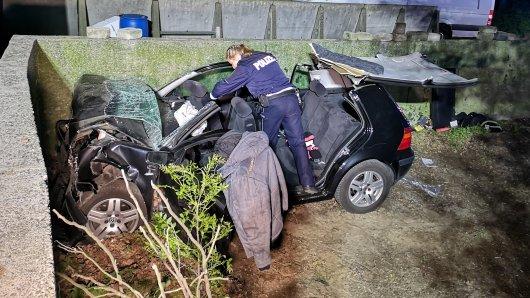 Eine Polizistin sichert ermittelt nach dem folgenschweren Unfall in Recklinghausen.