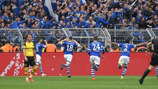 Der BVB verliert das Derby und am Ende auch die Meisterschaft – für Fans des FC Schalke 04 ein Grund zum Feiern.