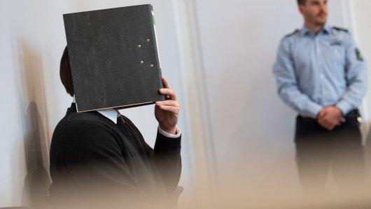 Ein 31-Jähriger wurde vom Amtsgericht Mönchengladbach wegen Vergewaltigung und gefährlicher Körperverletzung zu mehrjähriger Haft verurteilt.