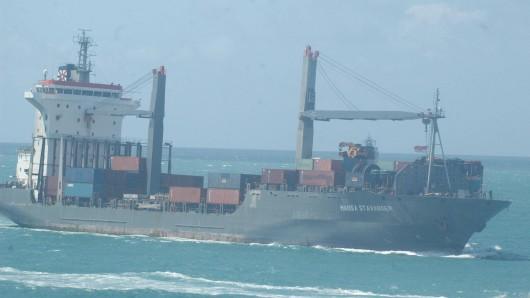 """Somalische Piraten kaperten auch das deutsche Containerschiff """"Hansa Stavanger"""". Gegen eine Zahlung von 2,7 Millionen Dollar kamen die 24 Crew-Mitglieder 2009 frei."""