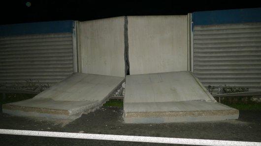 Die Polizeibeamten stauten nicht schlecht, als sie die eingestürzte Betonwand auf der Fahrbahn entdeckt haben.