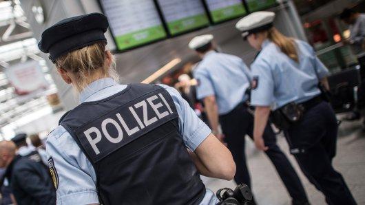 Bei einer Einreisenden hat der Zoll am Flughafen Düsseldorf einen brisanten Fund gemacht.