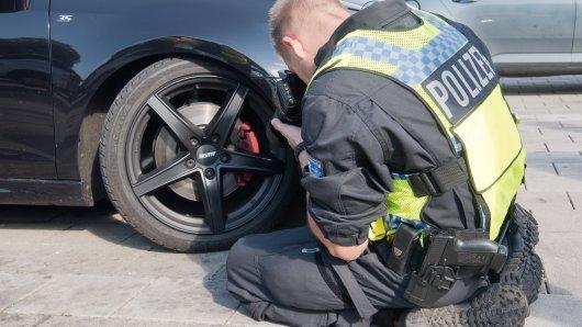 Regelmäßig kontrolliert die Polizei Autos an der Grenze zu den Niederlanden. (Symbolbild)