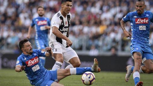 Holt Schalke eine neue Abwehrkante aus Italien? Mario Rui vom SSC Neapel (unten) im Duell mit seinem Landsmann Cristiano Ronaldo.
