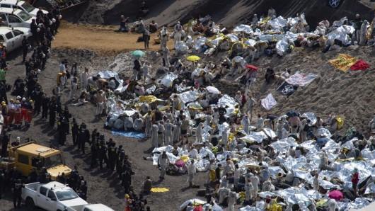 Aktivisten besetzten den Tagebau Garzweiler, Polizisten stellen sie fest.