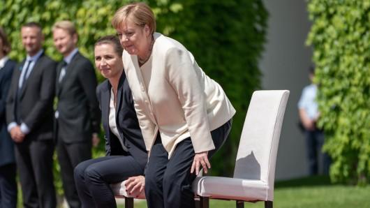 Angela Merkel saß bei den Nationalhymnen während des Besuchs ihrer dänischen Amtskollegin Mette Frederiksen. (links)