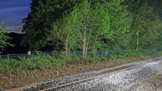 Auf dem Heimweg entlang der Gleise in Bergkamen ist die 15-Jährige brutal zusammgeschlagen und vergewaltigt worden. (Symbolbild)