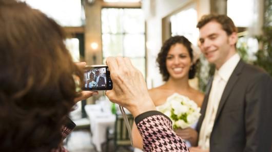 Auf einer Hochzeit wollte die Fotografin ein Bild schießen, doch ein Gast ruinierte den Moment. (Symbolbild)