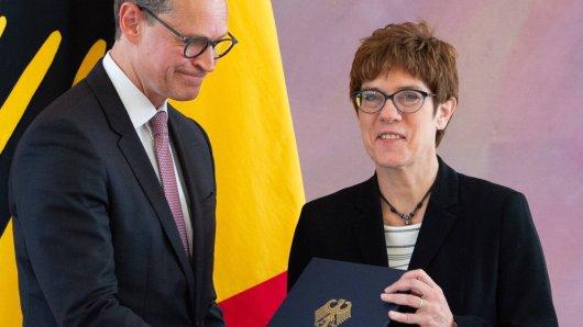 Michael Müller überreicht die Ernennungsurkunde der neuen Bundesverteidigungsministerin Annegret Kramp-Karrenbauer.