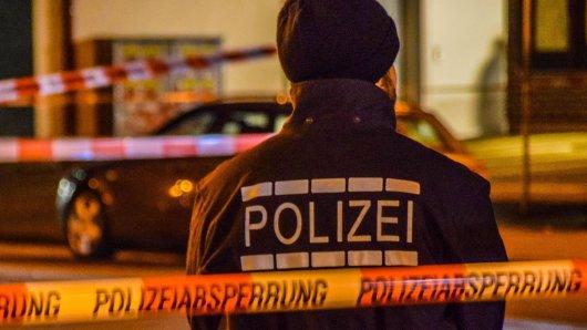 NRW: Die Polizei ist auf der Suche nach zwei Männern, die einen 36-Jährigen in Monheim getötet haben (Symbolbild).