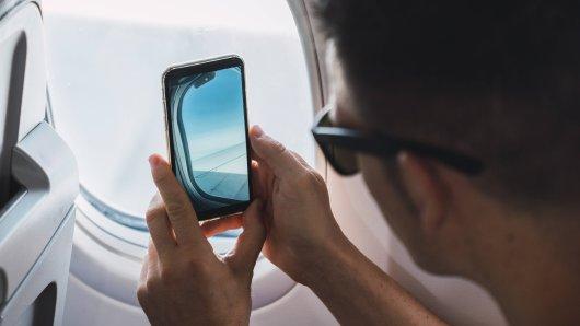 Ein Mann entdeckte beim Blick aus dem Flugzeugfenster Unglaubliches.