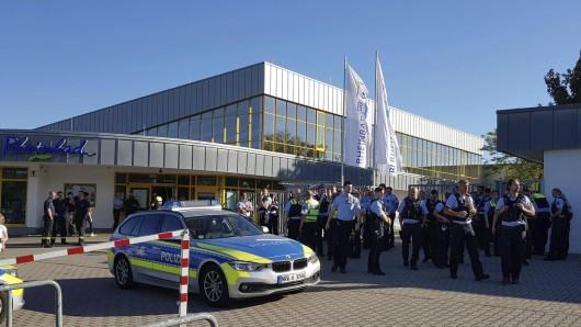 Bilder, die sich in Zukunft nicht wiederholen sollen: Polizisten räumen das Rheinbad in Düsseldorf.