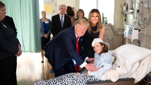 Donald Trump und seine Frau Melanie posieren mit einem Opfer der Bluttat von Dayton.