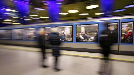 München: Als sich eine ältere Frau in der U-Bahn setzen wollte, wurde sie von einem Mann weggeschubst. (Symbolbild)