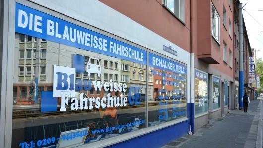 Der Inhaber der Blauweissen Fahrschule in Gelsenkirchen-Schalke schlägt Alarm.