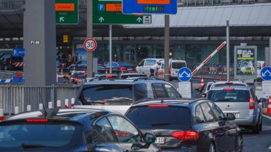 Autofahrer müssen am Flughafen Düsseldorf tief in die Tasche greifen. (Archivbild)
