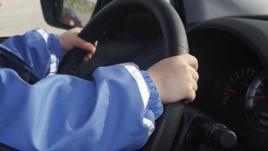 Der Achtjährige schwang sich hinters Steuer und bretterte mit 140 Sachen über die A44.