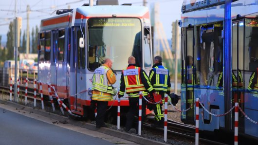 Zwei Straßenbahnen sind in Bochum zusammengestoßen und entgleist.