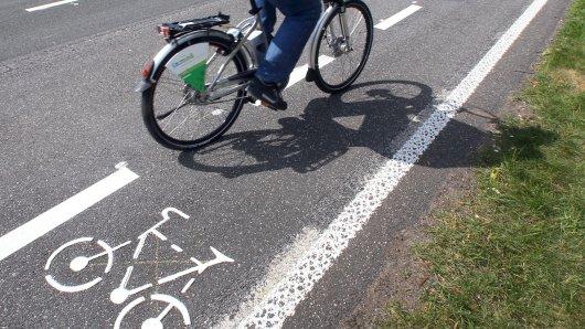 In Bochum stürzte ein Rennradfahrer. Er hatte etwas ziemlich Sperriges dabei. (Symbolbild)