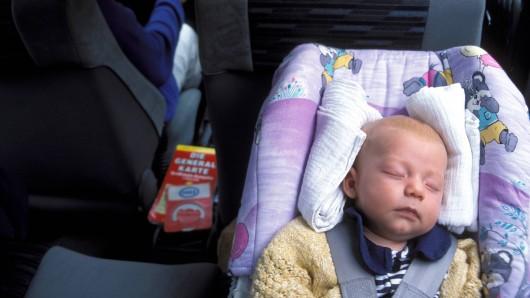 Ein Säugling saß am Mittwoch in einem Unfallwagen in NRW. (Symbolbild)