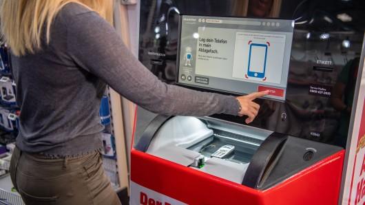 Neue Automaten in einzelnen Filialen von Media Markt in NRW kaufen ab jetzt gebrauchte Smartphones.