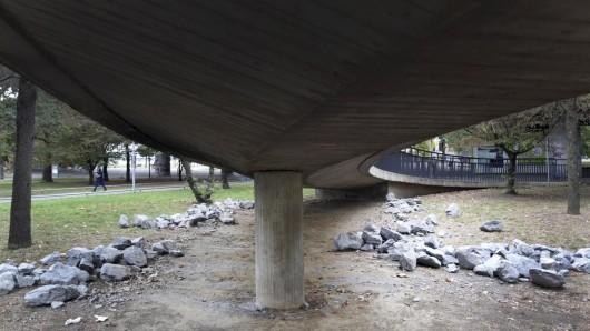 Bis Mittwoch sorgten die Steine unter einer Brücke in Düsseldorf dafür, dass hier keine Obdachlosen unterkommen. Nun sind sie plötzlich weg.