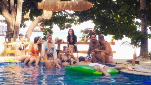 Bachelor in Paradise: Heiße Flirts im kühlen Herbst: Isabell, Meike, Jade, Michelle, Julia, Sarah, Marco, Filip und Serkan (v.l.) dürfen im Paradies noch einmal auf die Suche nach der großen Liebe gehen.
