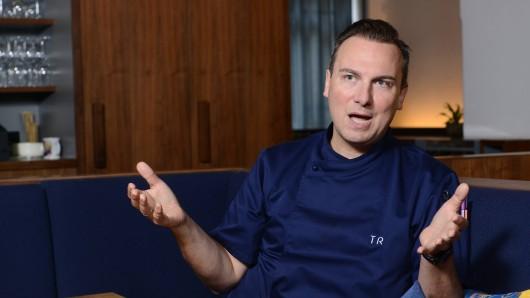 Tim Raue: Der TV-Koch hat eine heftige Meinung zur Currywusrt.