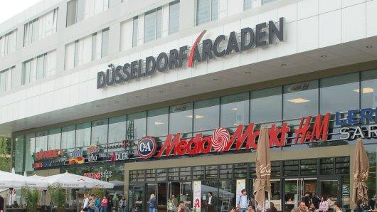 Düsseldorf: In den Düsseldorfer Arcaden ist am Donnerstag eine Wand eingestürzt. Es gab mehrere Verletzte.
