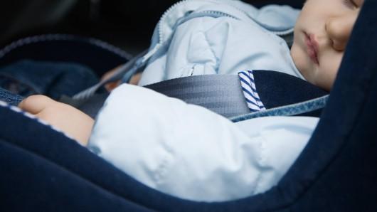 Als ein Unbekannter das Auto knackt, schläft ein sechs Monate altes Baby auf dem Rücksitz. (Symbolbild)