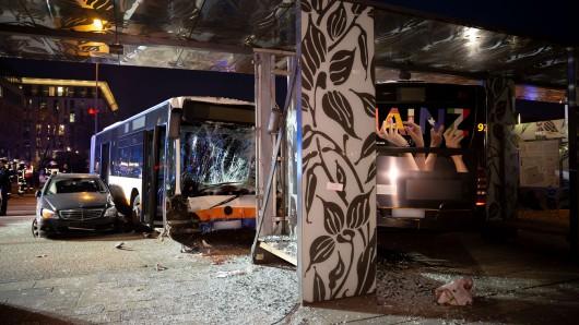 Bei einem Busunglück am Hauptbahnhof in Wiesbaden ist ein Mensch ums Leben gekommen.