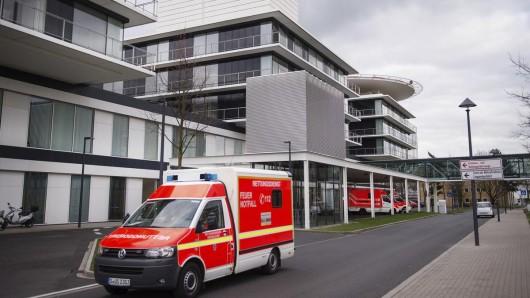 Mehrere Personen pöbelten und drohten Samstagnacht gegen das Personal des Uni-Klinikums Düsseldorf.