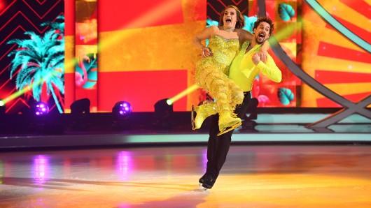 """""""Dancing on Ice"""": Nadine Angerer präsentiert sich in einem krassen Glitzer-Outfit."""