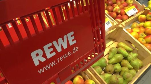 Als eine Kundin nach ihrem Einkauf bei Rewe einen Granatapfel öffnet, ist sie angeekelt. (Symbolbild)