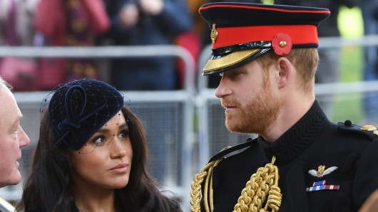 Die Royals Meghan Markle und Prinz Harry sind noch mal einem Beinahe-Unglück in der Luft davongekommen.