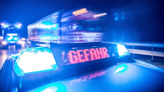 Als die Polizei das Pärchen beim Sex auf der Autobahn entdeckt, greifen die Beamten ein. (Symbolbild)