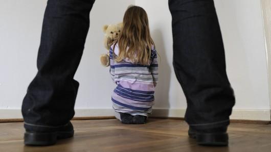 An einem Wochenende im August soll der 26-Jährige seine Nichte in Bergisch Gladbach mehrfach vergewaltigt haben. (Symbolbfoto)