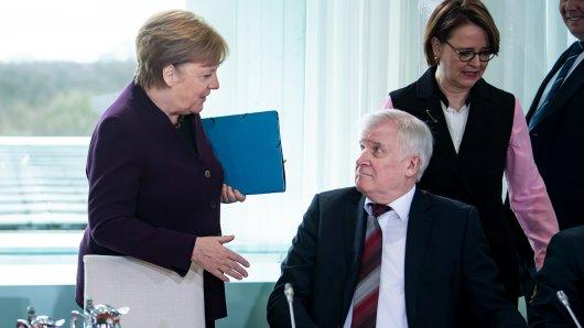 Angela Merkel will Horst Seehofer zur Begrüßung die Hand schütteln. Der lehnt ab.