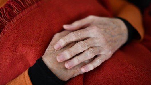 NRW: In Gütersloh ist eine 89-jährige Frau auf tragische Weise in ihrer Wohnung erstickt. (Symbolbild)
