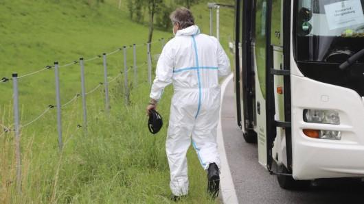 Schreckliche Tat in Bayern: Vor den Augen der anderen Fahrgäste hat ein Mann seine Ex-Frau erstochen.