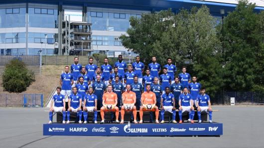 Das neue Teamfoto des FC Schalke 04. Doch ein Spieler fehlt.