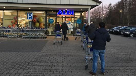 Bei Aldi in Dortmund standen die Kunden Schlange für die Schnelltests.