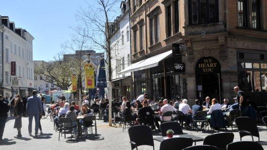 Die Corona-Lage in NRW entspannt sich leicht. In manchen Städten dürfen sogar erste Cafes und Restaurants öffnen.