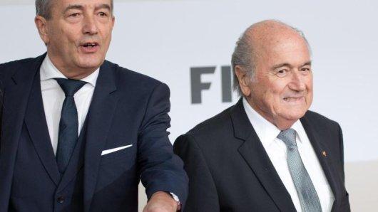 DFB-Präsident Wolfgang Niersbach (l) tappt bei der Strafanzeige von FIFA-Präsident Joseph Blatter im Dunkeln.