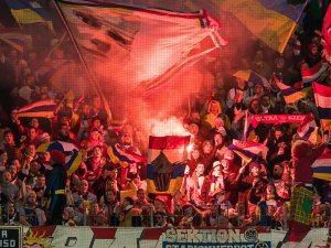 Die Fans von Eintracht Frankfurt wollen mit bis zu 5000 Vuvuzelas die Pfiffe des Schiedsrichters übertönen.
