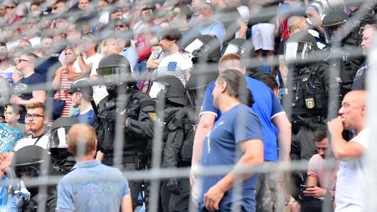 Die Polizei stürmte den Block der Uerdinger Gäste, nachdem KFC-Anhänger Mannheim-Fans angegriffen hatten.