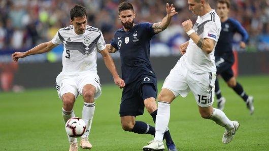 Niklas Süle vom FC Bayern München (r.) ist sich sicher, von seinem Kollegen Mats Hummels (l.) noch einiges lernen zu können.