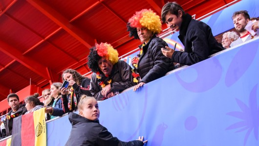 Spielerin Giulia Gwinn feiert den 1:0-Sieg gegen Spanien mit den Fans.
