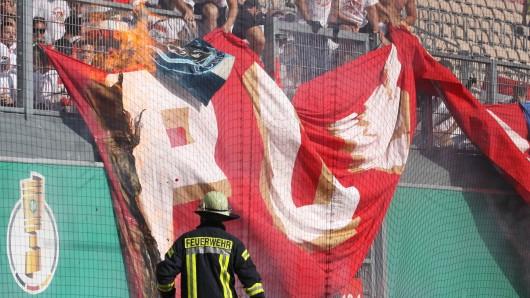DFB-Pokal: Feuer vor dem Block des FSV Mainz 05.